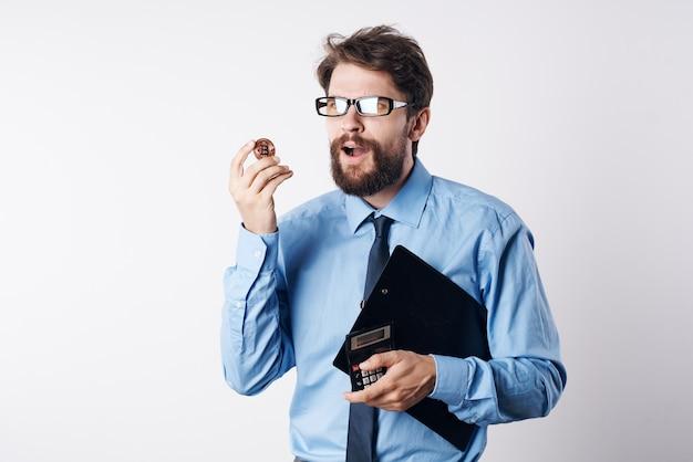 Uomo barbuto in camicia blu criptovaluta investimento in economia bitcoin
