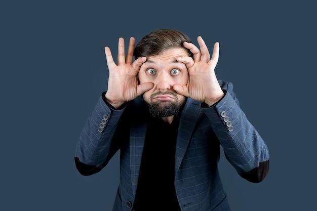 L'uomo barbuto con l'abito blu spalancò i suoi occhi enormi
