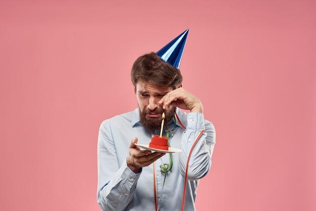 Uomo barbuto berretto vacanza compleanno rosa