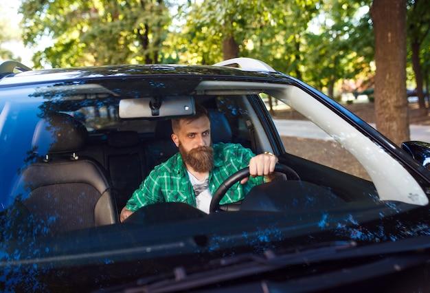 Uomo barbuto in macchina