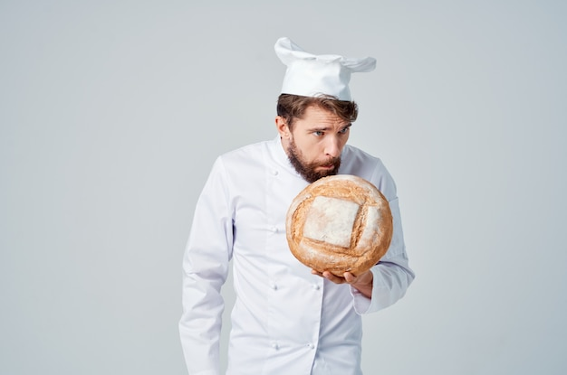 Cuoco unico uomo barbuto che cucina sfondo isolato panetteria
