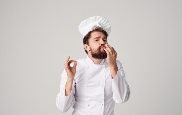 Chef uomo barbuto che cucina emozioni professionali dell'industria culinaria