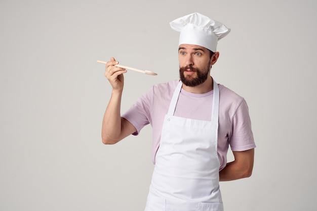 Uomo barbuto chef stoviglie cucina ristorante sfondo chiaro