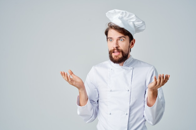 Uomo barbuto chef ristorante fornitura di servizi sfondo isolato
