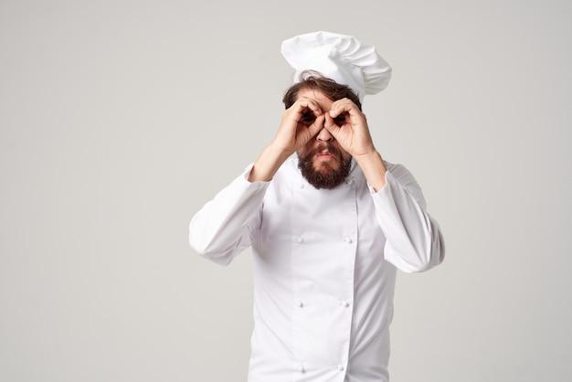 Chef uomo barbuto con pane in mano sfondo chiaro