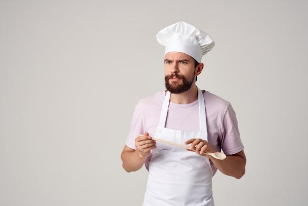 Lo chef uomo barbuto con un berretto bianco in testa le emozioni funzionano