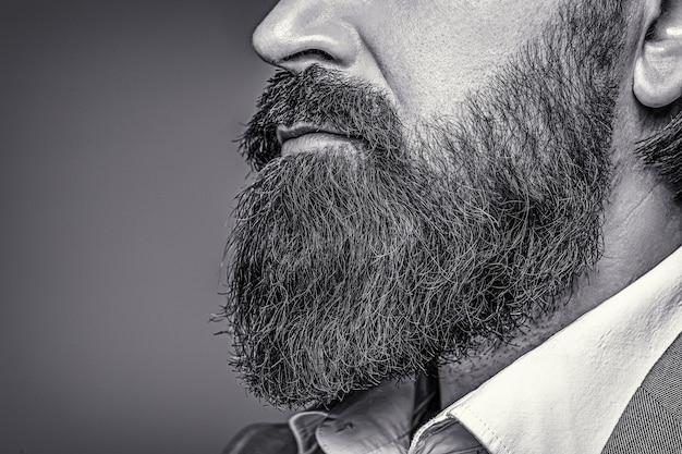 Uomo barbuto da vicino. la barba è il suo stile. primo piano di uomo barbuto. maschio con baffi in crescita. bianco e nero.