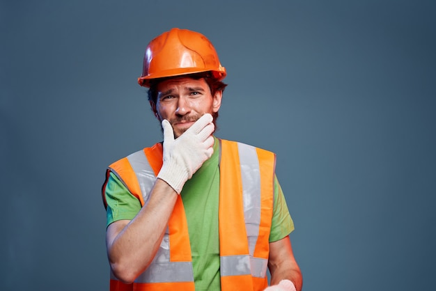 Uomo barbuto in uniforme da costruzione della professione di duro lavoro