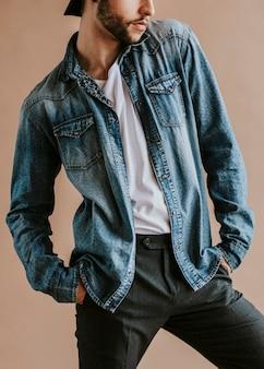 Uomo barbuto con una camicia di jeans
