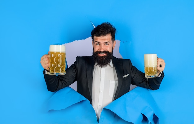 L'uomo barbuto che beve birra beve alcolici per il tempo libero concetto uomo elegante con barba tenere tazza di