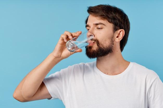 Uomo barbuto che beve acqua isolato sfondo