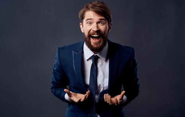 Uomo barbuto emozioni gesti delle mani sfondo isolato. foto di alta qualità