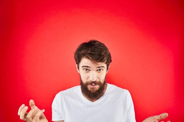 Uomo barbuto divertimento emozioni lifestyle ritagliata vista t-shirt bianca rossa.