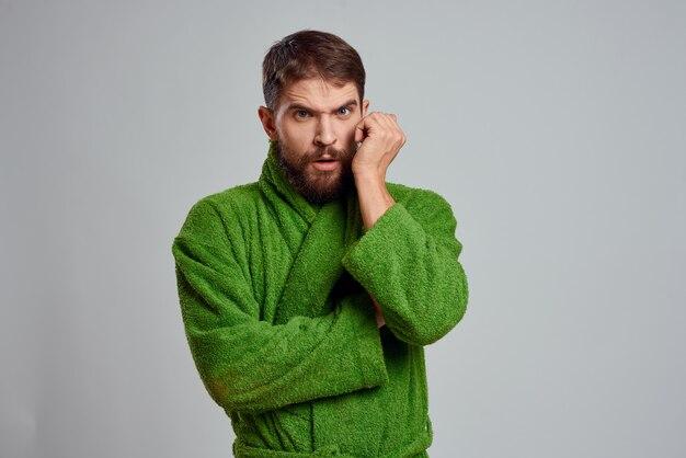 Uomo barbuto in abito verde vista ritagliata grigio
