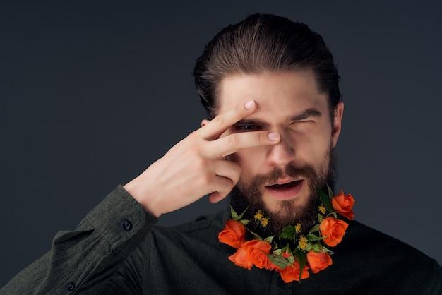 Uomo barbuto acconciatura moda fiori emozioni sfondo isolato. foto di alta qualità