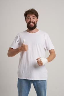 Uomo barbuto infortunio alla mano trattamento problemi di salute emozioni medicina ospedaliera