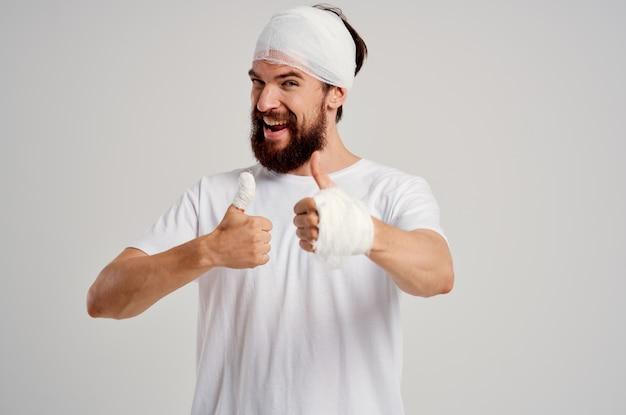 Uomo barbuto lesioni alla testa e al braccio problemi di salute sfondo isolato