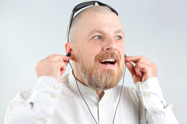 L'uomo barbuto in cuffie ascolta la musica