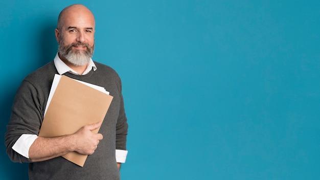 Uomo barbuto che tiene documenti aziendali