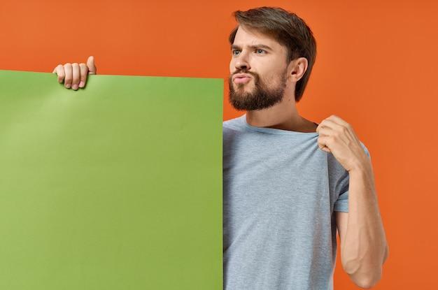 Uomo barbuto holding e banner verde marketing di comunicazione sfondo isolato