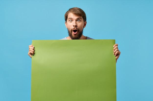 Uomo barbuto che tiene fondo isolato sconto poster mockup verde