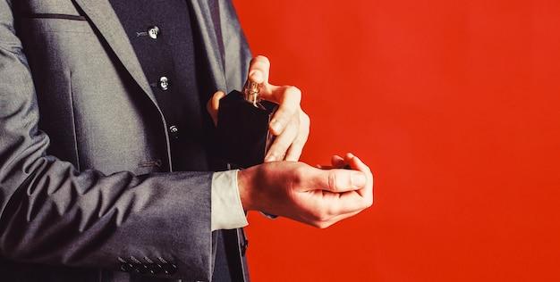 Uomo barbuto che tiene in mano una bottiglia di profumo bottiglia di colonia di moda fragranza di profumo uomo