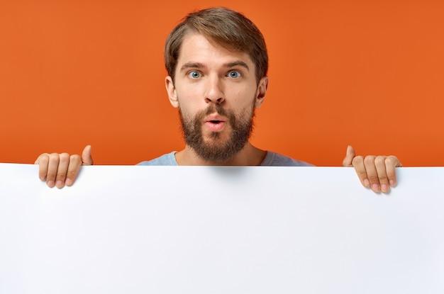 Uomo barbuto che tiene un fondo isolato design banner bianco