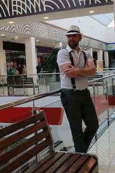 Centro commerciale al coperto uomo barbuto