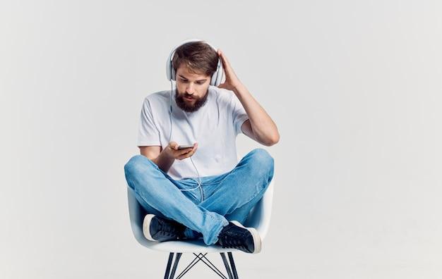 Uomo barbuto che ascolta musica con intrattenimento in cuffia