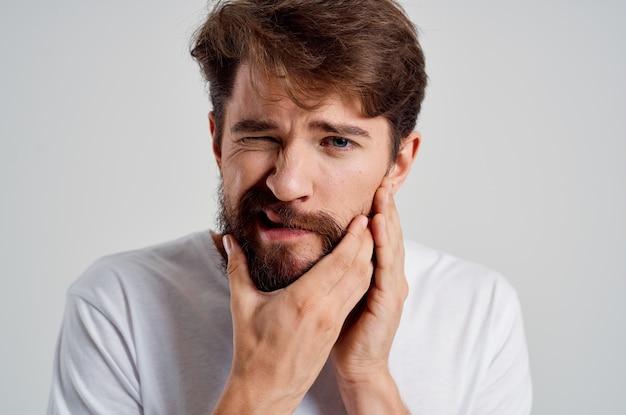 Uomo barbuto medicina mal di denti e problemi di salute sfondo isolato