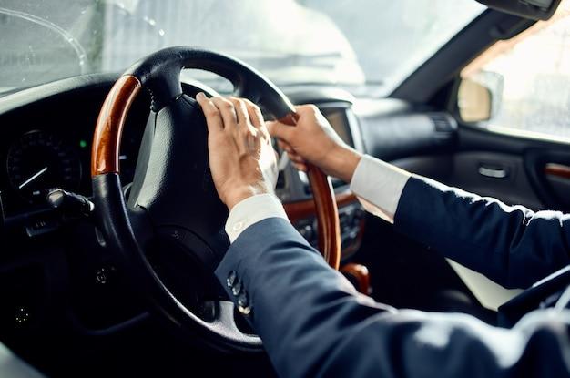 Uomo barbuto conducente passeggero ufficiale strada ricco