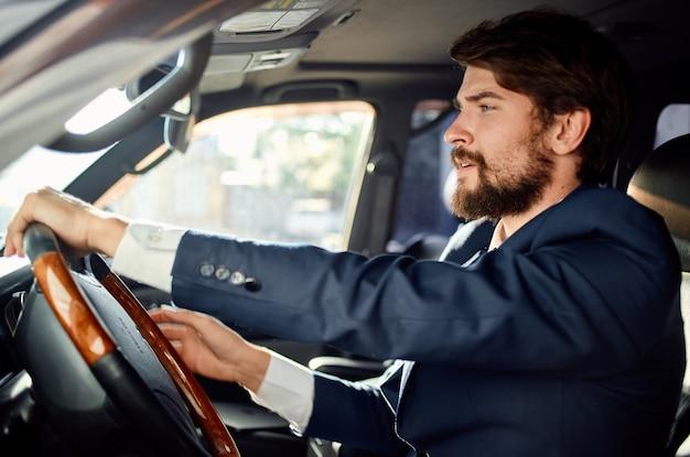 Uomo barbuto ufficiale passeggero autista successo stradale servizio ricco. foto di alta qualità