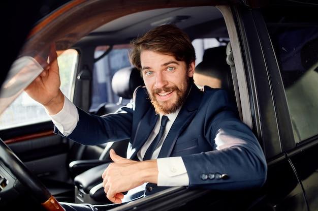 Successo su strada dell'autista ufficiale del passeggero dell'uomo barbuto