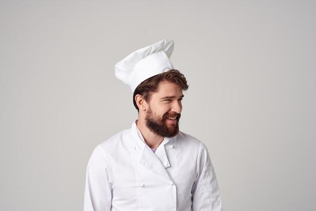 Gesto della mano professionale di servizio ristorante uomo barbuto