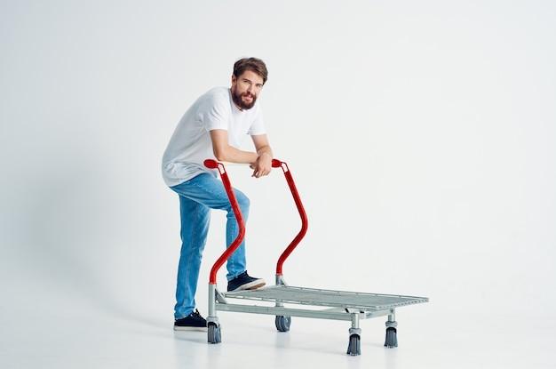 L'uomo barbuto guida uno sfondo chiaro di trasporto di intrattenimento del carrello