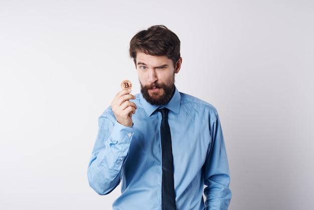 Uomo barbuto in camicia con cravatta criptovaluta bitcoin internet finanza denaro elettronico