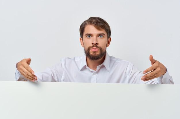 Uomo barbuto in abito bianco mocap poster sconto pubblicità copia-spazio studio. foto di alta qualità