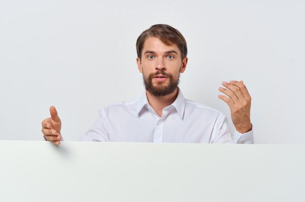 L'insegna bianca dell'uomo barbuto a disposizione ha isolato il fondo di presentazione del foglio bianco