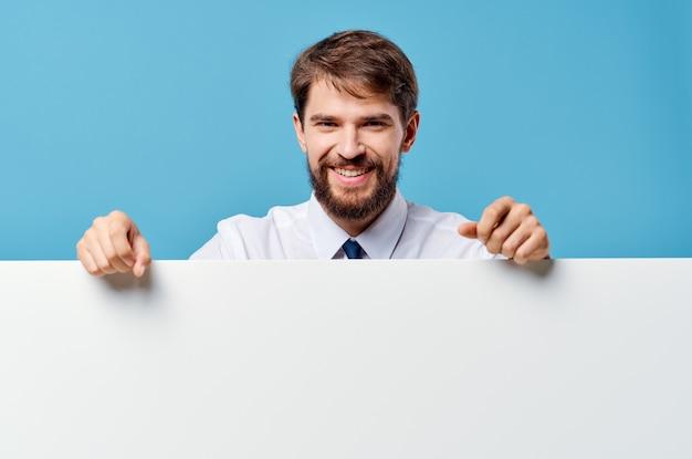 Uomo barbuto mockup bianco poster copia spazio vista ritagliata sfondo blu