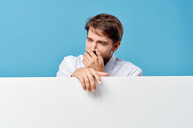 Uomo barbuto mockup bianco poster copia spazio vista ritagliata parete blu.
