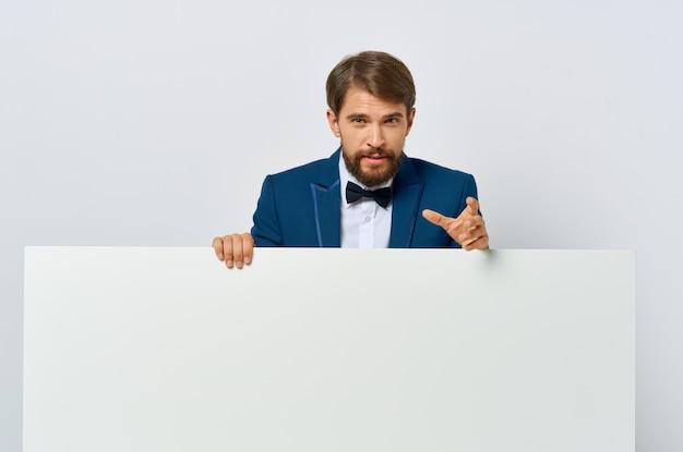Libro bianco uomo barbuto nelle mani del marketing sfondo isolato