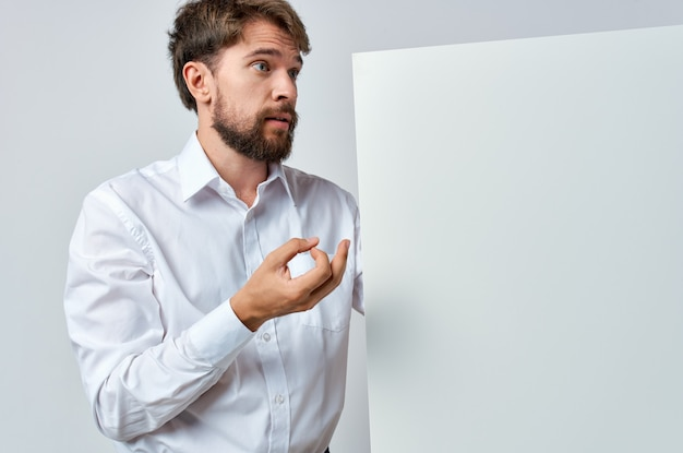 Uomo barbuto in mockup camicia bianca bianca