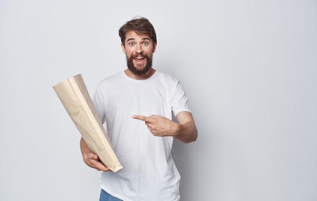 Uomo barbuto in t-shirt bianca kraft bag imballaggio shopping
