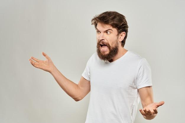 Uomo barbuto in maglietta bianca