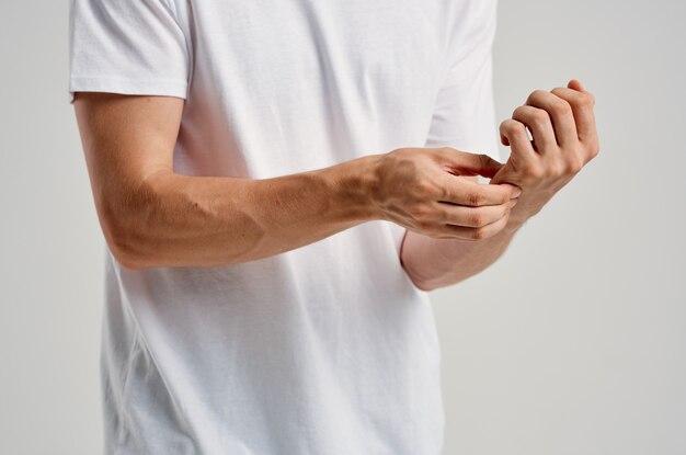 Uomo barbuto in maglietta bianca trattamento del problema di salute