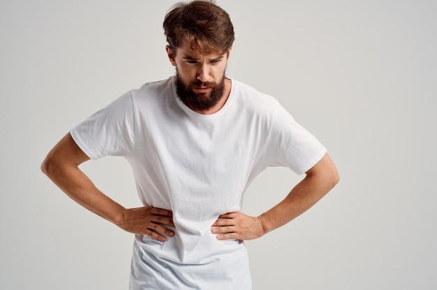 Uomo barbuto con dolori addominali problemi di salute diarrea. foto di alta qualità