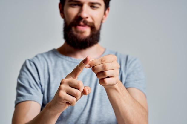 Uomo barbuto con trattamento per lesioni alle dita fasciate