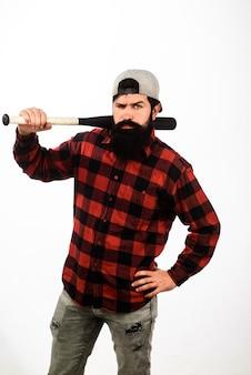 Uomo barbuto con mazza da baseball giocatore professionista di baseball uomo con mazza da baseball sulla spalla forte