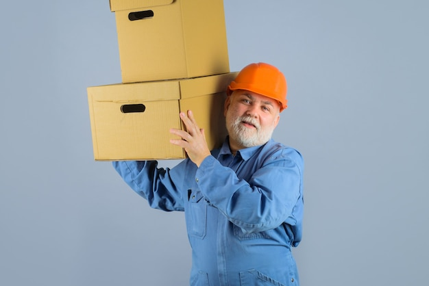 Uomo barbuto con scatole fattorino con scatole spedizione consegna concetto uomo con scatola di cartone