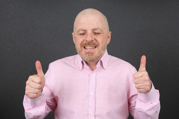 Uomo barbuto con le mani in alto